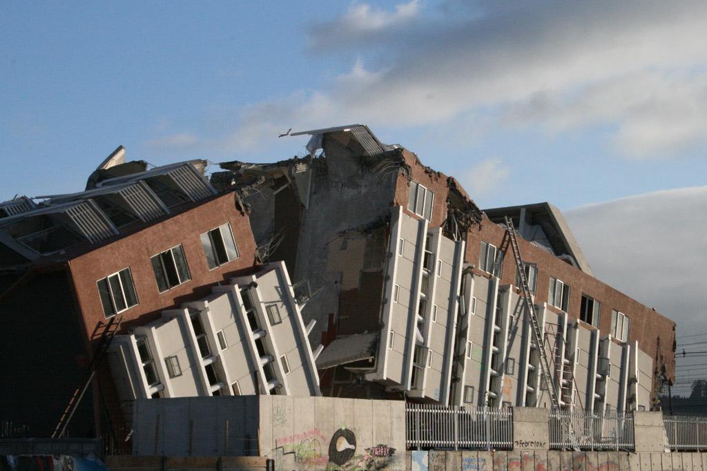 Durch das Erdbeben in Chile 2010 zerborstenes Wohngebäude