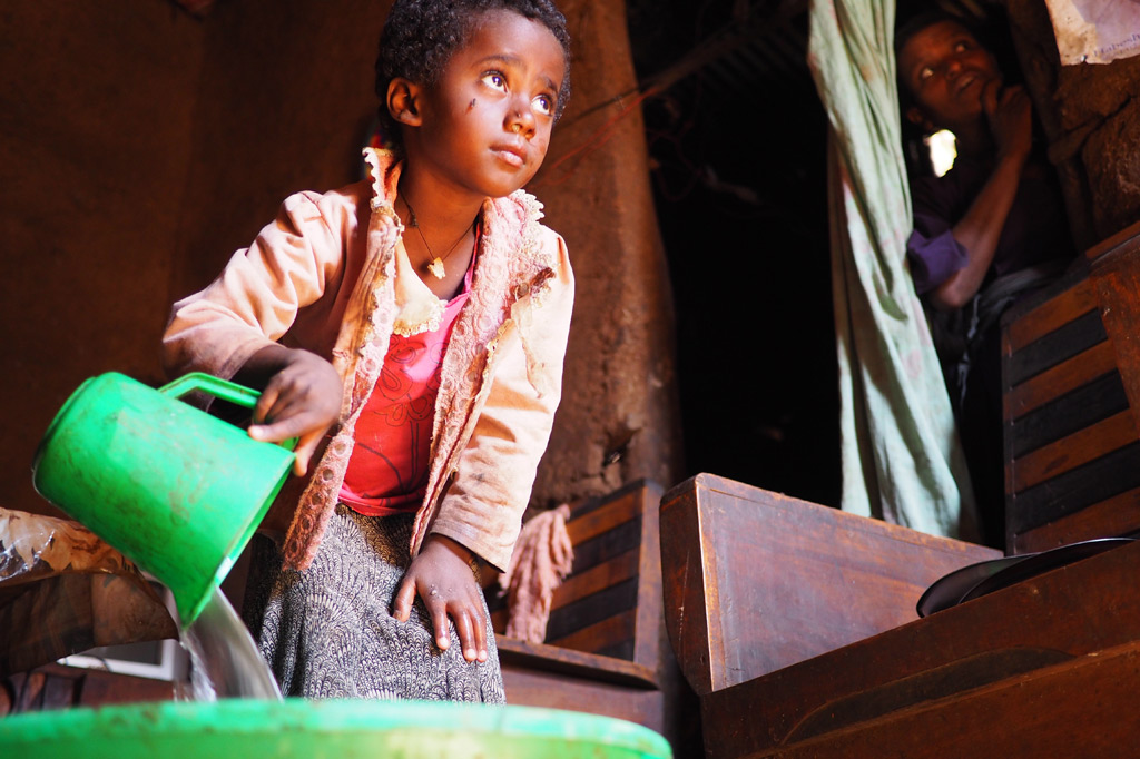 Abeba bei der Küchenarbeit