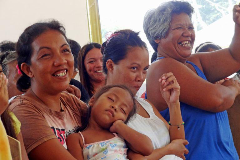 Eine Gruppe philippinischer Frauen und Mädchen