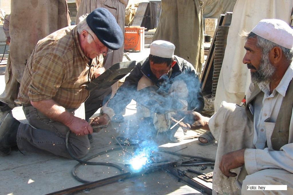Norbert Blüm beim Schweißen auf einer Afghanistan-Reise mit der Kindernothilfe