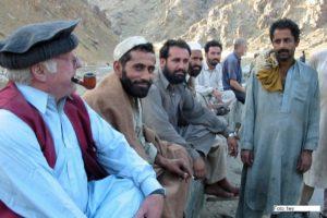 Norbert Blüm mit Afghanen im Bergland unweit von Kabul