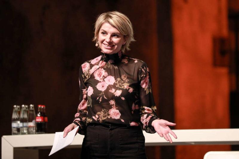 Moderatorin Sabine Heinrich
