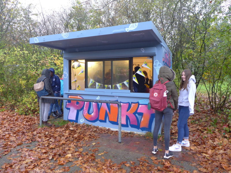 Jugendliche stehen am Kiosk