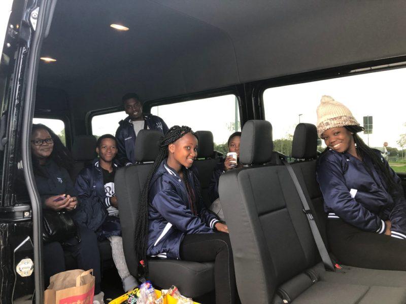 Die Peer Leaders sitzen in einem Kleinbus