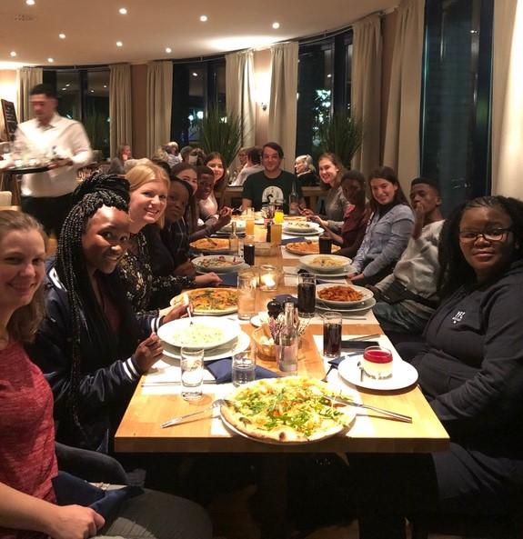Jugendliche sitzen im Restaurant am gedeckten Tisch