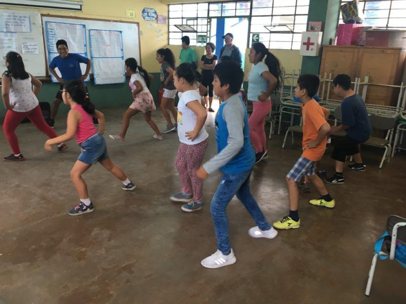 Singende und tanzende Kinder
