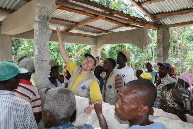 Männer begutachten kaputtes Gebäude nach dem Erdbeben in Haiti