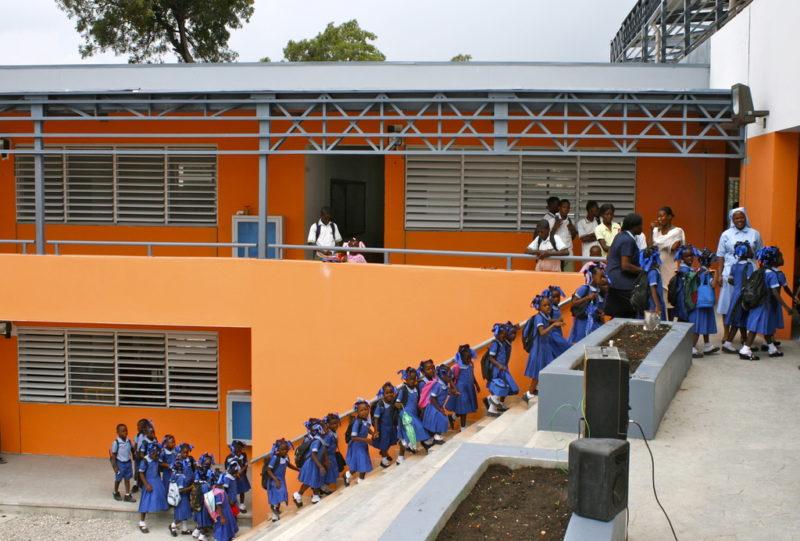 Schule mit Kindern, neu gebaut nach dem Erdbeben in Haiti