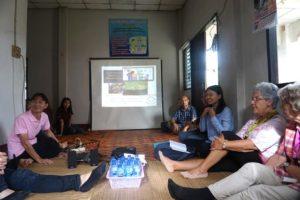 Die Ehrenamtlichen aus Deutschland treffen eine Selbsthilfegruppe in Thailand (Quelle: privat)