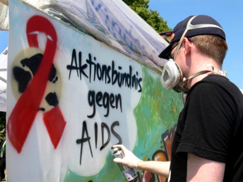 Graffiti-Künstler Aleks van Sputto bei der Arbeit - Foto: Lennart Wallrich