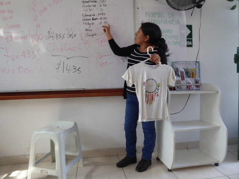 Maria Ramos zum Beispiel produziert vor allem T-Shirts und verkauft sie über das Internet