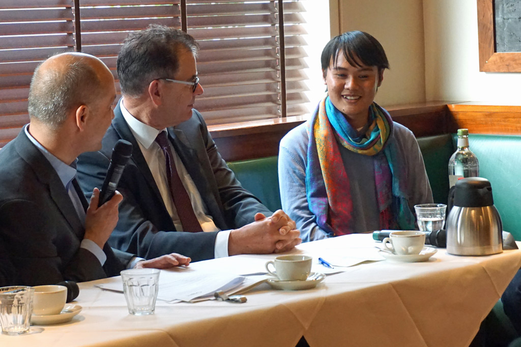 Tong mit Bundesentwicklungsminister Müller bei einer Veranstaltung in Berlin, bei der er erzählt, wie er als Waisenkind eine neue Familie fand