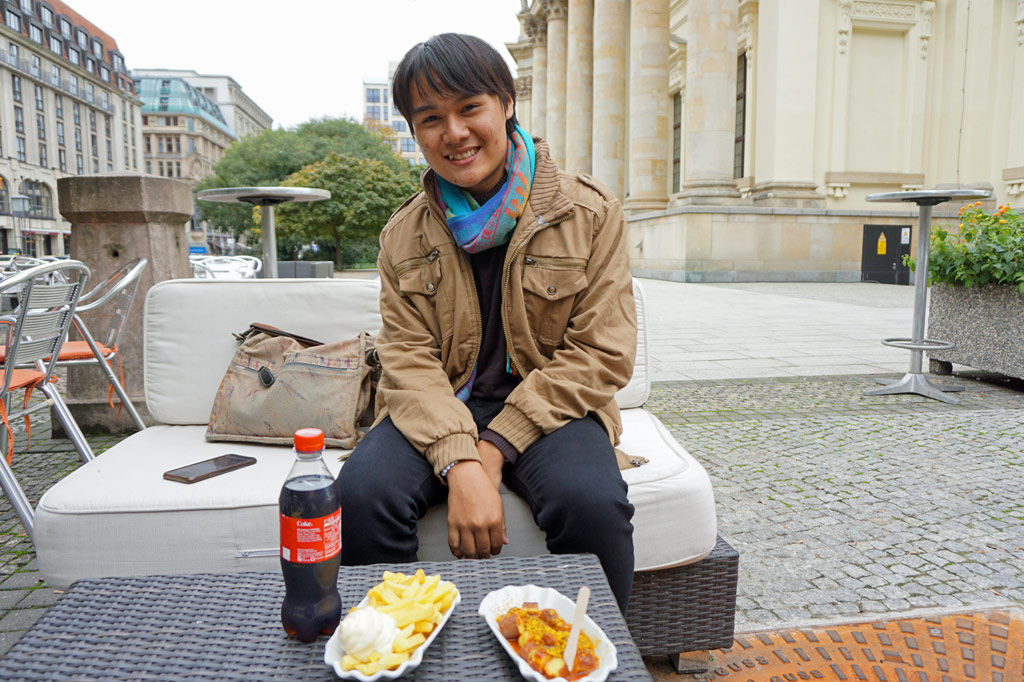 Tong probiert Currywurst in Berlin