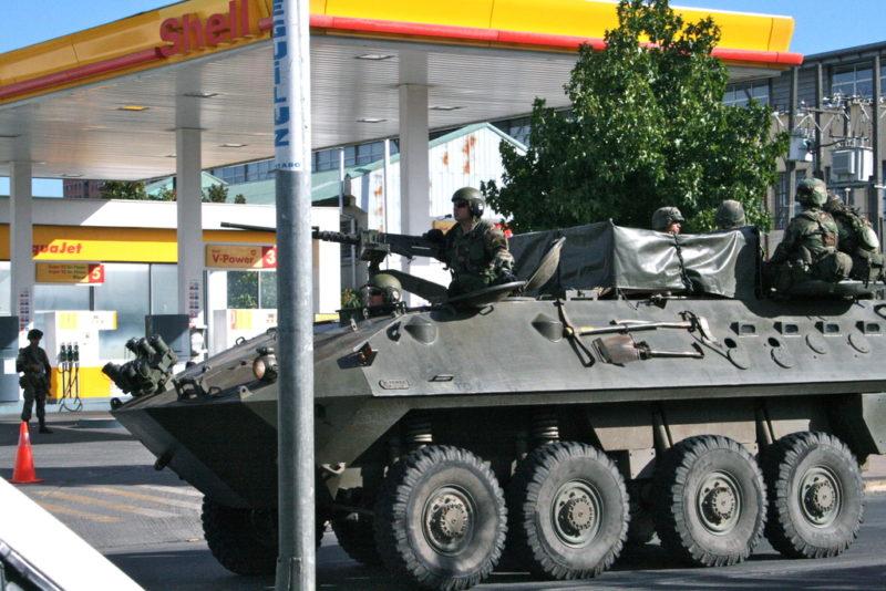 Ein Panzer fährt an einer Tankstelle vorbei. (Quelle: Jürgen Schübelin)