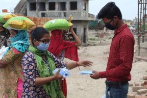 Masken werden verteilt als Schutz vor dem Corona-Virus