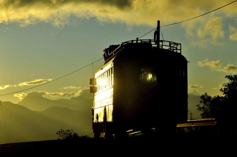Ein Bus im Abendlicht. (Quelle: Bastian Strauch)