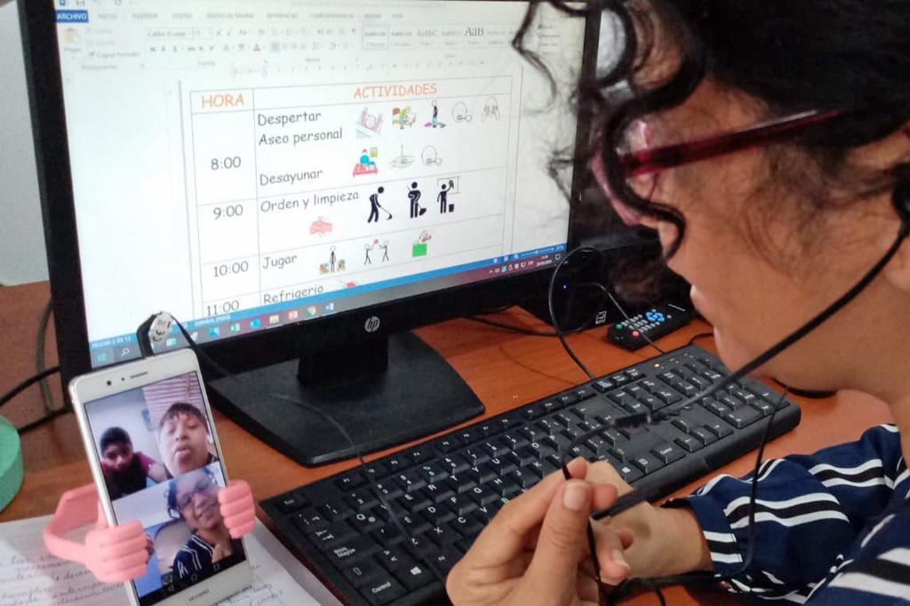 Eine Therapeutin von Aynimundo im Video-Call mit einigen der von ihr betreuten Kinder
