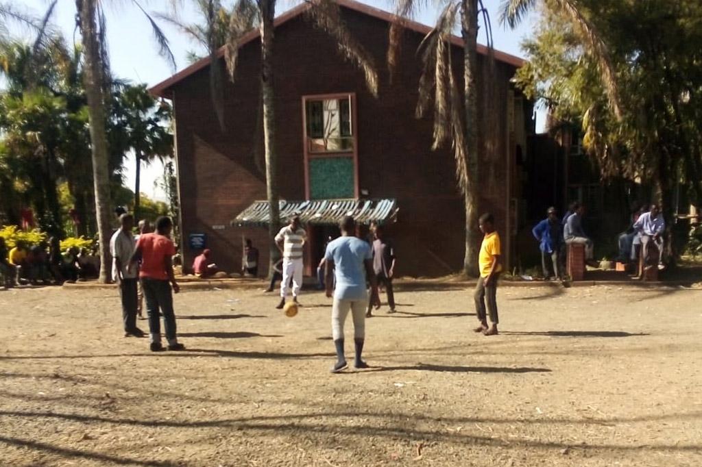 Junge Obdachlose spielen Fußball in einem Heim in Südafrika