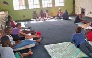 Jugendliche sitzen in einer Sammelunterkunft in Südafrika zusammen