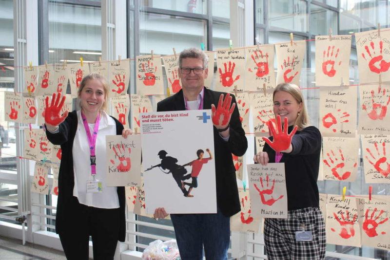 Frank Mischo mit Unterstützerinnen beim Red Hand Day am 12. Februar 2020 im Bundestag