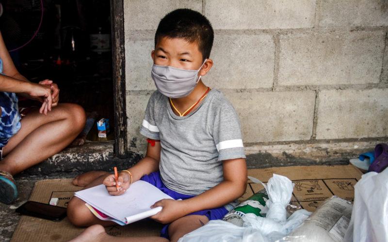 Der Junge Sai bei den Hausaufgaben: So versucht er, den Anschluss trotz Schulschließungen durch Corona nicht zu verlieren