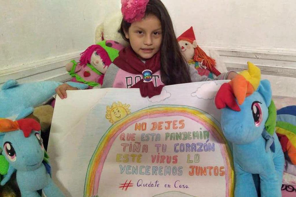 """Auf dem selbst gemalten Plakat dieses Mädchens steht: """"Lass nicht zu, dass diese Pandemie dir dein Herz nimmt. Dieses Virus besiegen wir nur gemeinsam. #BleibzuHause"""""""