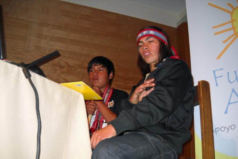 Zwei junge Mapuche-Männer