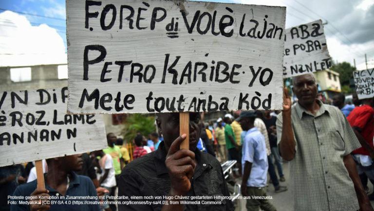 Leute demonstrieren mit selbst geschriebenen Plakaten