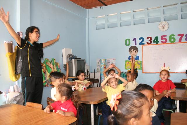 Eine Kindergärtnerin mit Kindern. (Quelle: Jürgen Schübelin)