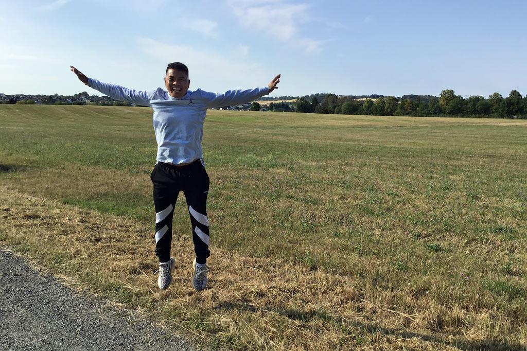 Juancho Moldogo freut sich über den Besuch bei seinen Paten