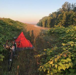 Ein Abend während der Radtour: Marias kanllrotes Zelt mitten im Grünen