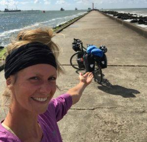 Maria mit ihrem Fahrrad am Ziel ihrer Radtour: die Rheinmündung bei Hoek van Holland
