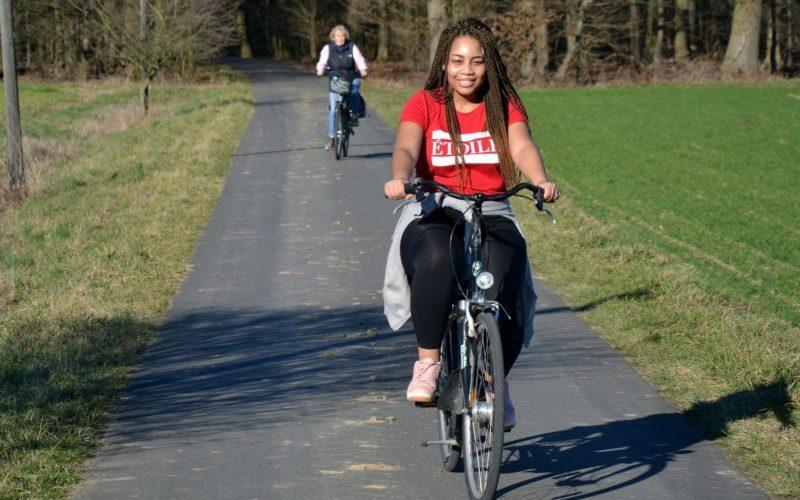 Joanna bei einem Fahrradausflug mit ihren ehemaligen Paten (Quelle: Jürgen Kriegel)