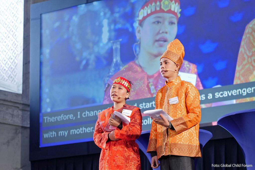 Zwei Jugendliche aus Indonesien fordern ein Gesetz zur Kinderarbeit auf einer internationalen Konferenz, auf der es auch um globale Lieferketten ging.