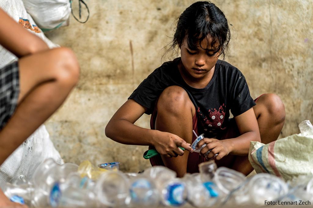 Ein Mädchen sortiert Plastikabfälle - ein kleines Zahnrad im Getriebe globaler Lieferketten