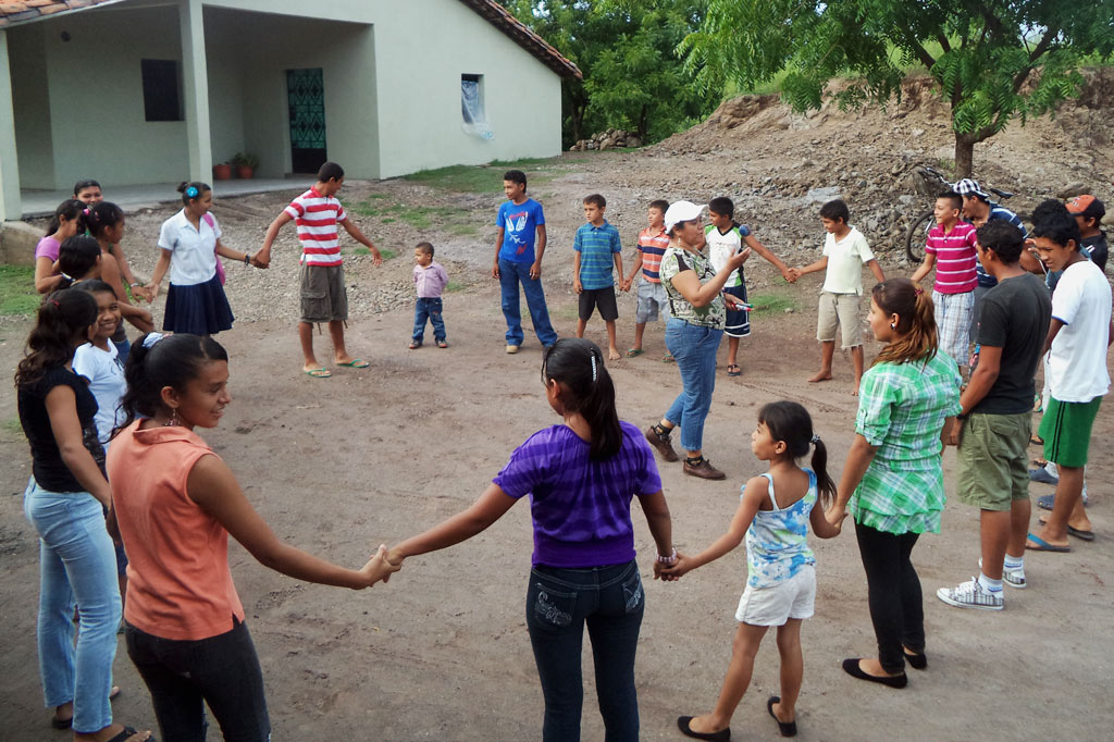 Kreis aus Kindern und Jugendlichen, die sich an der Hand halten