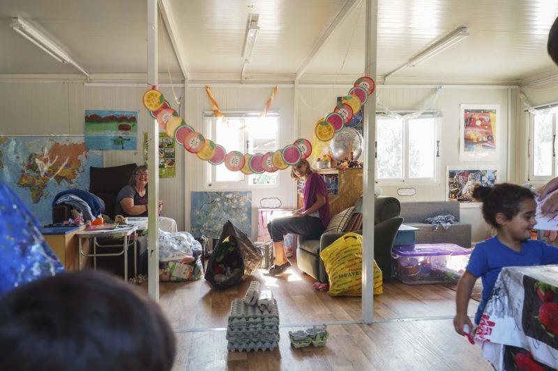 Geschmückter Kindergartenraum mit Kindern und Betreuerinnen im Pika-Camp auf Lesbos