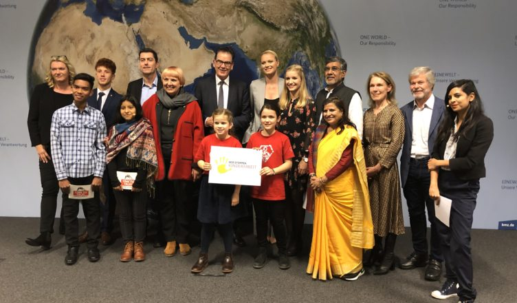 Gruppenfoto von Kinderarbeitern mit Entwicklungsminister Müller. Die Jugendlichen sprachen dort über ihre Erfahrungen mit Kinderarbeit.
