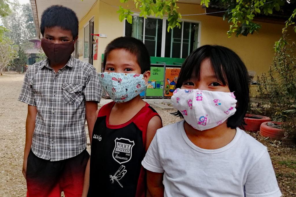 Kinder mit Masken gegen Corona