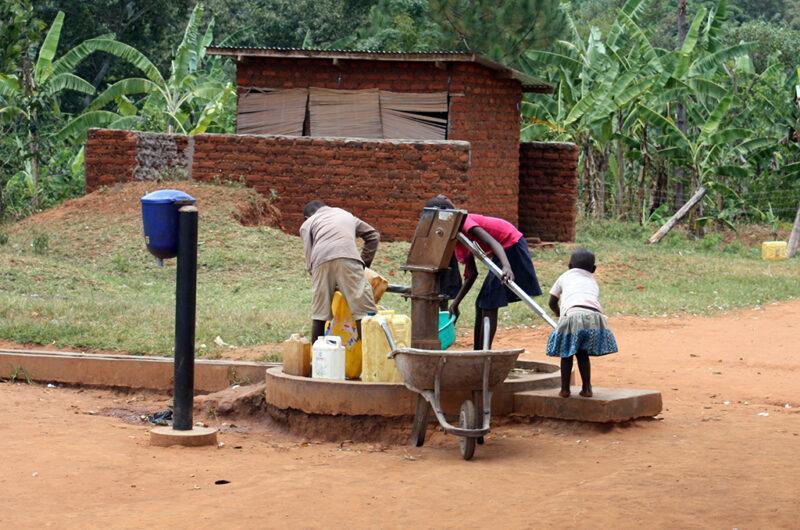 In vielen benachteiligten Regionen gibt es keine gesicherte Trinkwasserversorgung. (© Kindernothilfe)