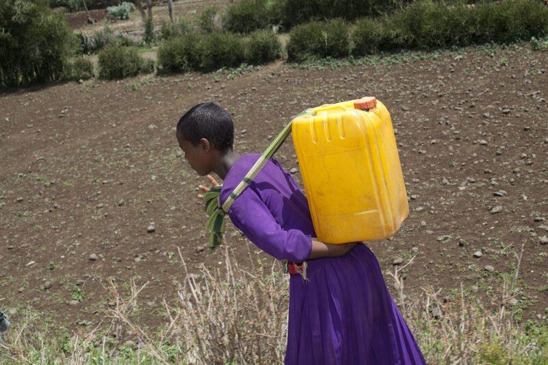 Wasserversorgung ist in vielen armen Ländern Frauensachen. (© KNH Partner)
