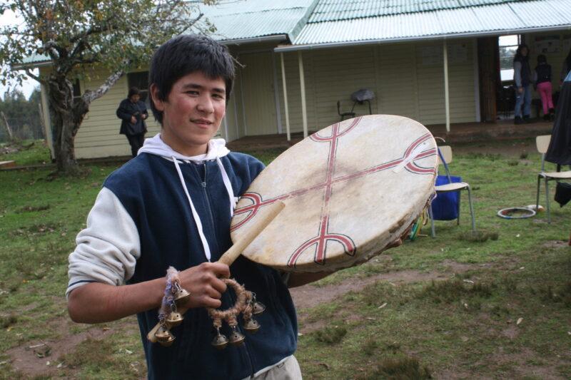 Auch die jungen Mapuche besinnen sich wieder auf ihre Wurzeln und Werte. In der Dorfschule lernen sie zum Beispiel, wie man Trutruka spielt. (Foto: Jürgen Schübelin)