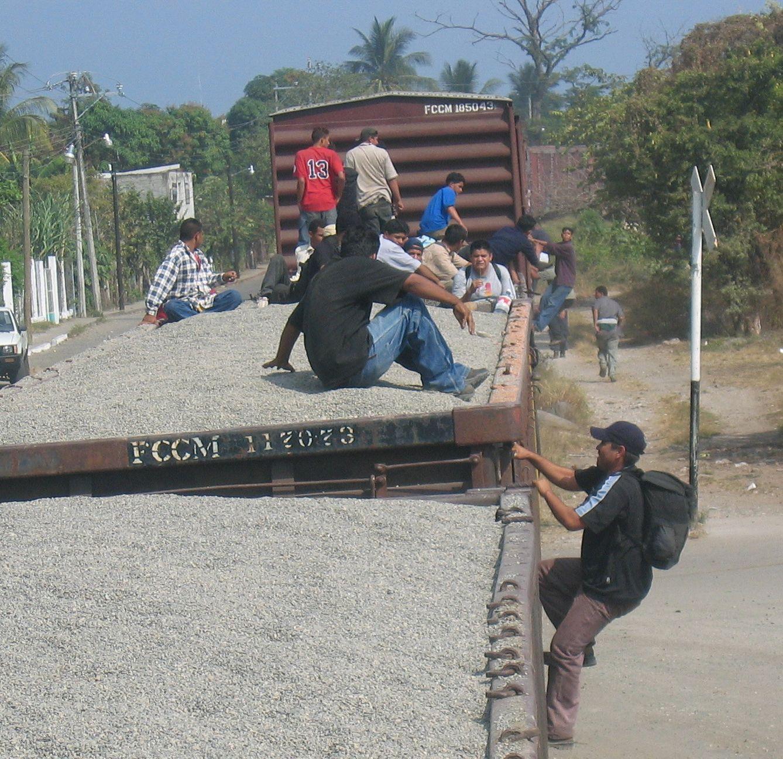 Tapachula, Mexiko: Migranten klettern auf einen offenen Kieswaggon (© Erika Harzer)